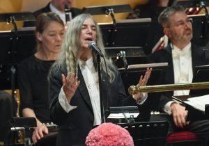 """La cantautor estadounidense Patti Smith canta """"A Hard Rain's A-Gonna Fall"""", de Bob Dylan, durante la ceremonia de entrega de los premios Nobel en Estocolmo, el sábado 10 de diciembre del 2016. Smith tuvo que tratar dos veces antes de que le saliera bien el tema. Dylan fue el ganador de este año del premio Nobel de Literatura pero no asistió a la ceremonia porque dijo que tenía otros compromisos. (Jonas Ekstromer/TT News Agency via AP)"""